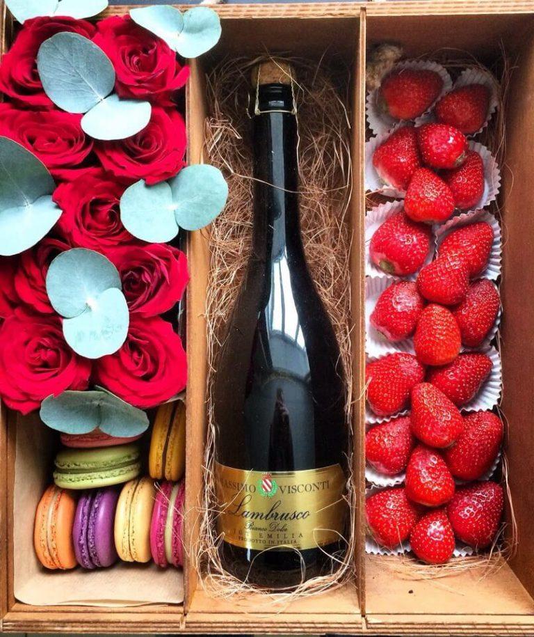 Коробка с цветами, Коробка с клубникой, цветы в коробке, бокс с цветами, Коробка с цветами и шампанским, цветы и шампанское, клубника с шампанским в коробке, сочи