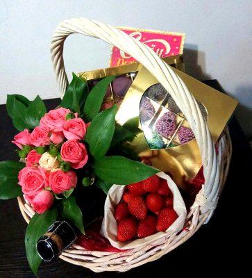 корзина с цветами и клубникой 392х261